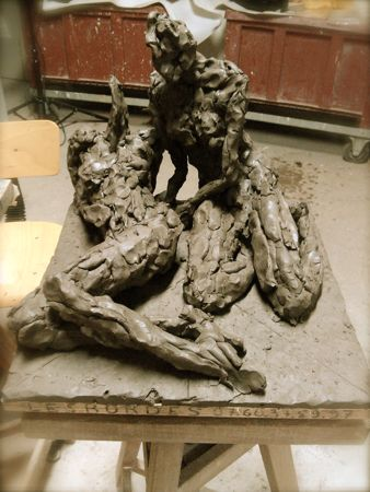 sculptures deux femmes au sol 1 couchée et 1 femme assise en terre