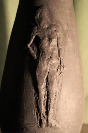 Détail du vase sculpture personnage féminin en bas relief © Fabien Lesbordes sculpteur