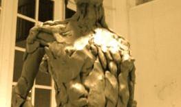 Marion sculpture en terre haut du torse en contreplongée © Fabien Lesbordes sculpteur