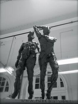 2 sculptures du modèle Bruno en terre à modeler de dos en contreplongée
