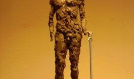 Ebauche de sculpture réalisée en boulette de terre pose debout de Frederico de face