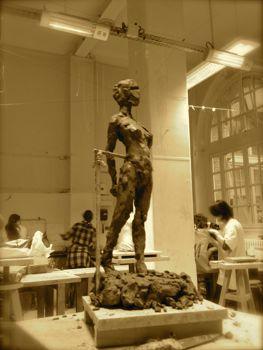 Sculpture de Marion pose debout en terre argileuse de trois quart
