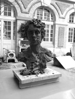 Sculpture un portrait en argile de Regina de face
