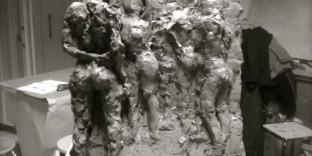 Esquisse bas haut relief en argile femmes debout