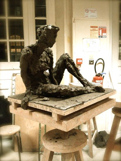 Argile sculpture en terre femme assise