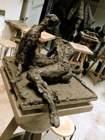 Modelage en argile 2 poses femme assise avec femme couchée