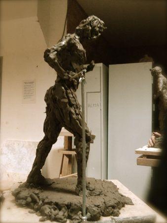 Pose dynamique sculpture homme en argile
