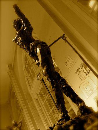Femme debout sculptée en argile