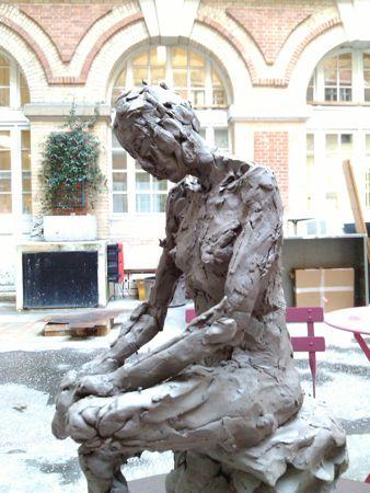 Terre argileuse femme assise sculptée