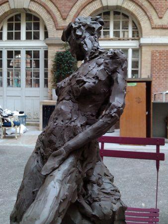 Femme sculptée en terre glaise