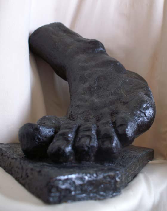 Le pied colosse statue en terre
