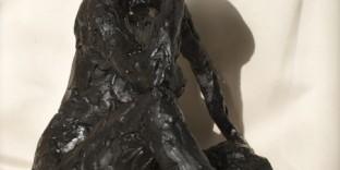 Petite statuette femme assise patine noire