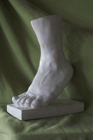 Pied sculpture terre jeune fille